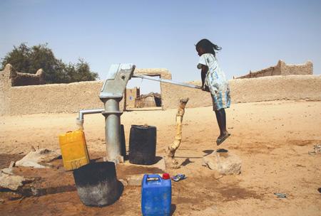 TOSTO GABRIELE - Bambina sospesa alla pompa dell'acqua- PRIMO CLASSIFICATO