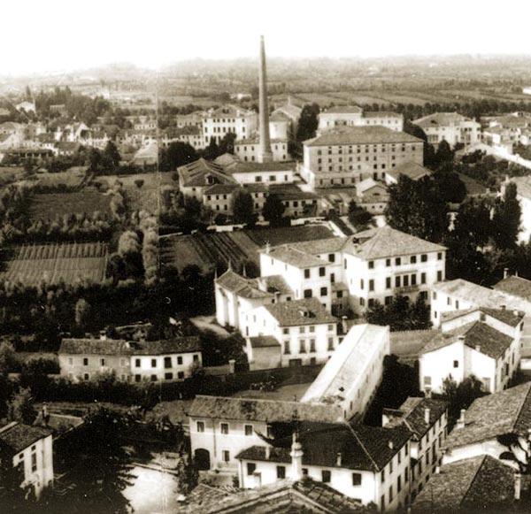 Foto Ferretto. Treviso. Particolare della veduta aerea della città. Al centro la raffineria di zucchero.