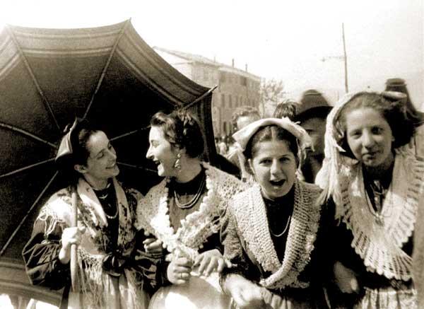 Giuseppe Mazzotti, Ragazze in posa durante una festa, anni '30 - FAST Fondo G. Mazzotti