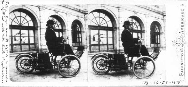 Enrico Bernardi. Il sig. io in carrozzino da 1 -1/2 HP nel cortile della Scuola d'applicazione. Padova, giugno 1900