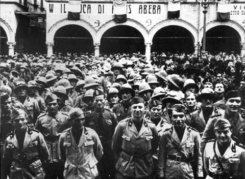 Convocati in piazza, gli italiani ascoltano la parola di Badoglio vincitore ad Addis Abeba, Spiccano nelle prime file le Camicie Nere della vigilia, 1936 FAST Fondo Badoglio