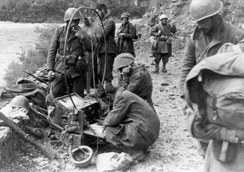 Soldati sul fronte greco-albanese utilizzano una radio a galena, 1940 FAST Coll. Stopelli