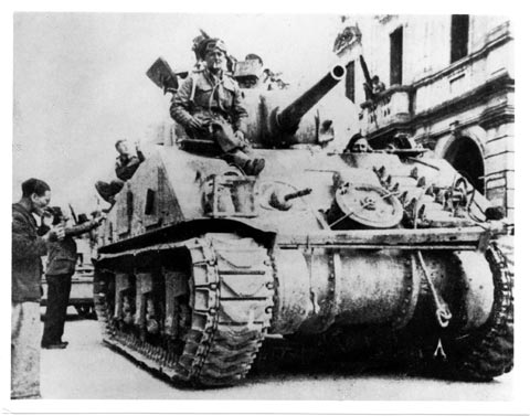 Tank alleati entrano in Mogliano, aprile 1945