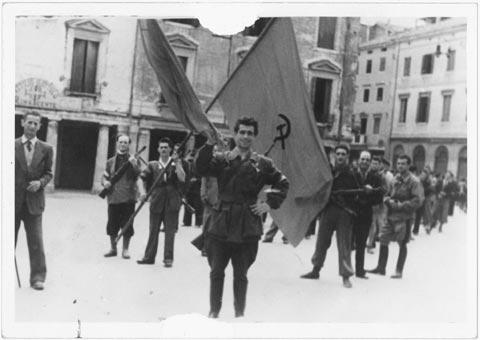 Sfilata di partigiani garibaldini a Treviso nei giorni della liberazione, aprile 1945 FAST, Fondi privati