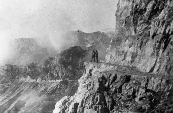 """Strada degli Eroi (326° comp. - I Genio), da sinistra: S.Ten. Carocari e S.Ten. Baroni. Pasubio, 1916-17 Museo del Centro Comunale Culturale """"Villa Valle Marzotto"""" di Valdagno"""