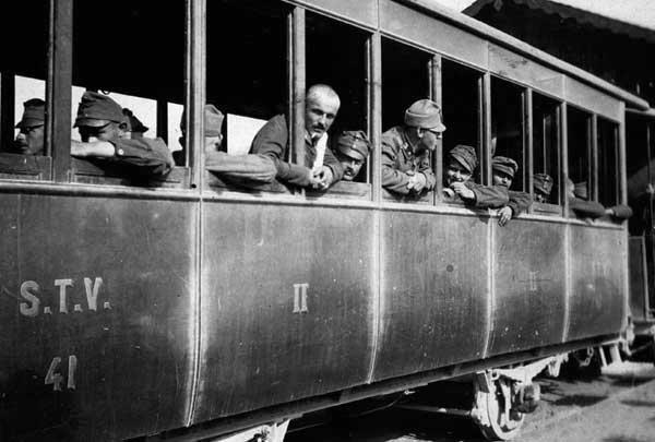 """Prigionieri austriaci arrivati a Valdagno, giugno 1916. Museo del Centro Comunale Culturale """"Villa Valle Marzotto"""" di Valdagno"""