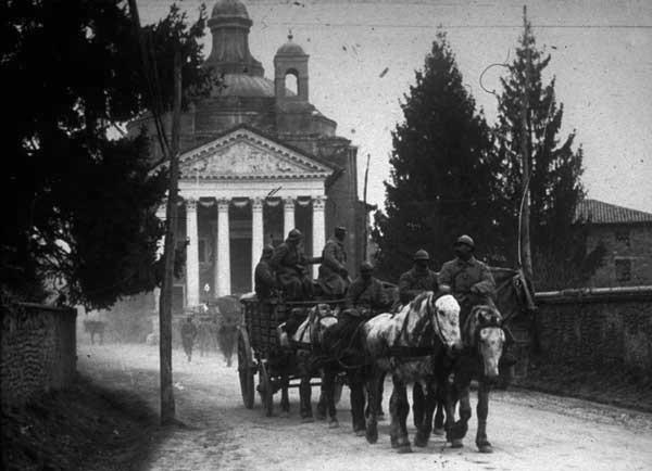 Carreggio francese di fronte al Tempietto di Villa Barbaro a Maser, dicembre 1917. Museo della Battaglia di Vittorio Veneto (TV)