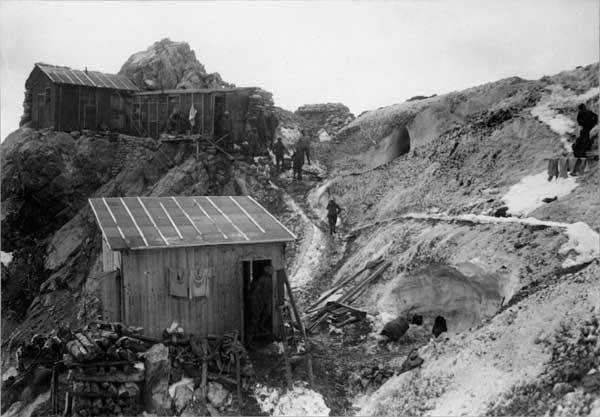 Baraccamenti e caverne nel giaccio sulla Trafoier Eiswand, q. 3588, Stelvio (1917-18). Museo del Risorgimento e della Resistenza di Vicenza