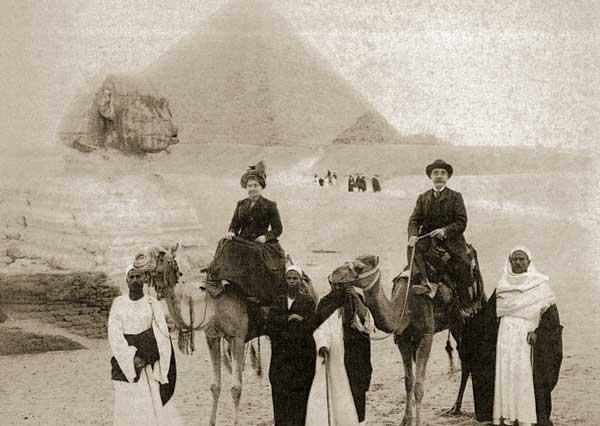 Fotografo non indicato. Turisti alle Piramidi. stampa alla gelatina ai sali d'argento, 1990 ca. (Coll. Malandrini, Firenze)