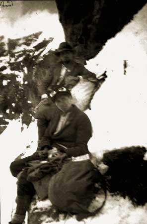 """Basilio Ollietti. Cervino, 6 giugno 1933: """" ...nell'ultima (fotografia) si vedono Gaspard e Cretiér addossati ad un mucchio di neve. È mossa e sfocata... Crétier è in piedi, dietro a Gaspard...""""."""