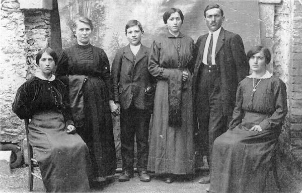 Gruppo familiare in posa, anni '10. FAST - Fondo Valmareno